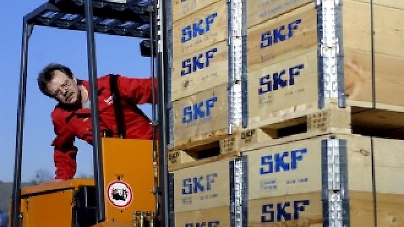 Braun Mitarbeiter auf Gabelstapler mit Kisten von SKF Wälzlagern
